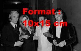 Reproduction Photographie Ancienne De La Chanteuse Dalida En Compagnie De Marcel Amont, Henri Salvador, Sacha Distel - Photographie