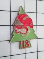 615B Pin's Pins / Beau Et Rare / THEME : POMPIERS / CASQUE ROUGE SAPIN VERT LE 18 Et Les Autres Jours Du Mois Aussi ! - Pompiers