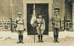 CARTE PHOTO - 39° REGIMENT D' ARTILLERIE - ETENDARD 39° RAD - ADJ ANGLADE, MDL COLICIEUX, MDL PEREAU Nommés Au Dos, Daté - War 1914-18