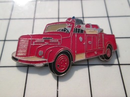615B Pin's Pins / Beau Et Rare / THEME : POMPIERS / SAPEURS POMPIERS CAMION ROUGE ANNEES 50 - Pompiers