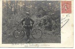"""Carte Postale - CPA Homme Avec Bicyclette - Annotation Au Crayon De Papier """"Cliché Coin Bois De Vincennes"""". - Cycling"""