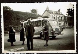 Photo 9 Cm X 6 Cm - 1953 - Vivonne - Personnes Devant Un Bus / Autocar / Goélette Renault -  2 Scans - Cars