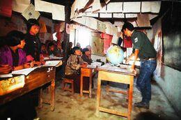 Bhutan Expédition 92 Ecole Primaire De Radi   Leçon De Géographie  Globe - Bhutan