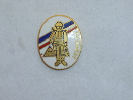 Pin's MILITAIRE OU NASA, MIDWEST ? - Militair & Leger