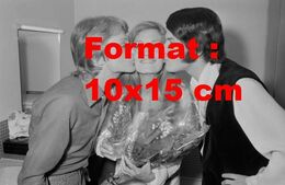 Reproduction D'une Photographie Ancienne De La Chanteuse Dalida Embrassée Par Claude François Et Adamo En 1970 - Photographie