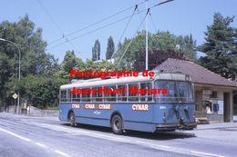 Reproduction D'unePhotographie D'un Trolley Bus Avec Publicité Cynar à Lausanne En Suisse En 1968 - Photographie