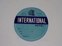 Cx13 CC43) Hong Kong INTERNATIONAL HOTEL Kowloon Hong Kong  Etiquette Label Diam. 11cm - Etiketten Van Hotels