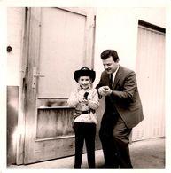 Photo Carrée Originale Un Père Et Son Fils En Parfait Cow-Boy Pour Pistolet & Carabine - Fusil & Déguisement 1960/70 - Anonieme Personen