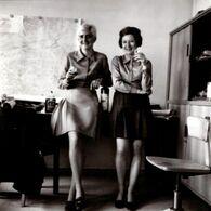 Photo Carrée Originale Duo De Secrétaires Sexy & Mini Jupe Pour Le Plaisir Du Boss à L'Apéro Vers 1970 - Beroepen