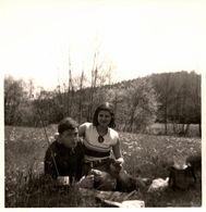 Photo Carrée Originale Couple Amoureux Sur Couverture En Campagne Et Transistor, Poste De Radio Portatif Vintage 1970's - Anonieme Personen