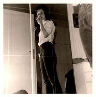 Photo Carrée Originale Jeu De Miroir Pour Femme Croquant La Pomme En Vue Contre-Plongée En 1970 - Pin-up