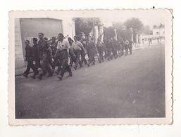 PHOTO  9 X 6 CORPS FRANCS ALLOBROGE   AOUT 1944  TROUPE DE FRANCS TIREURS  REGION DE HAUTE SAVOIE DEFILE VOIR VERSO - Oorlog, Militair