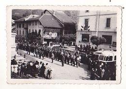 PHOTO  9 X 6 SOUVENIR DU MAQUIS  APRES LA BAGARRE DE MAURIENNE 1944  REVUE DES TROUPES  VOIR VERSO - Oorlog, Militair