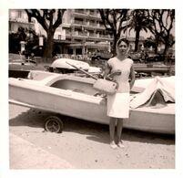 Photo Carrée Originale Jolie Pin-Up Au Foulard à Juan-les-Pins En 1965 - Renault Dauphine, 4L & Citroën ID Ou DS - Pin-up