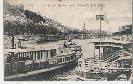 LYON. CPA Les Bateaux Mouches Et Le Pont D'Ainay Au Dos Timbres Taxe Et Cachet (coins Marqués Voir Scan) - Other