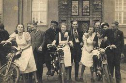 La Jeunesse Allemande Dans Les Années 40 Femmes Chevauchant Les Motos De Leurs Amoureux  - PHOTO Originale - Anonyme Personen