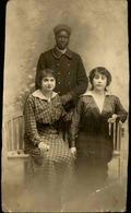 FRANCE - Carte Postale Photo - Soldat Africain Avec Européennes - L 66817 - Personnages