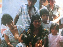 PEROU Famille Péruvienne Femme Allaitant Un Enfant PERU Peruvian Family Woman Breastfeeding A Child - Amerika