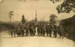 MILITARIA - Carte Postale Photo - Escouade Avec Drapeau, Fusils Et Vélos - L 66891 - Personnages