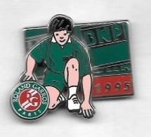 Pin' S  ARTHUS  BERTRAND, Banque, Sport  Tennis  ROLAND  GARROS  1995  Avec  B N P, Ramasseur De Balle - Tennis
