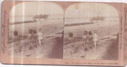 Carte Stéréoscopique 8,7 X 17,5 Cm - Keystone View, Copyright 1900 - On The Beach At Porto Rico - Garçons Nus - 2 Scans - Stereo-Photographie