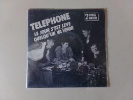 """45 T Téléphone """" Le Jour S'est Levé + Quelqu'un Va Venir """" - Rock"""