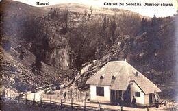 MUSCEL / ARGES : CANTON PE SOSEAUA DÂMBOVICIOARA - CARTE VRAIE PHOTO  / REAL PHOTO POSTCARD ~ 1925 - '930 (af356) - Romania