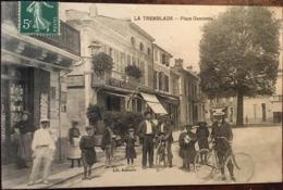 Cpa De 1905?, La Tremblade - 17, Place Gambetta Animée, Devantures Café Gambetta Et Librairie, Cyclistes Etc, éd Aubouin - La Tremblade