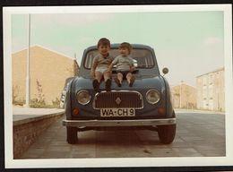 Photo Originale - 12,5 Cm X 8,5 Cm - 2 Bambins Sur Le Capot D'une RENAULT 4 - 4L  - Voir Scan - Automobile