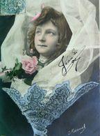CPA  ENFANTS . PETITE FILLE DANS UN CORNET BOUQUET FLEURS . 1904 PHOTO MONTAGE LITTLE GIRL  FLOWERS  EARLY PC - Portraits