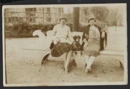 SPA * 1928 * DEUX FEMMES ET CHIEN SUR UN BANC AU PARC * CARTE PHOTO * 2 SCANS - Spa