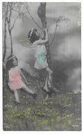 Fillettes Papillons En Robe Et Avec Une Couronne De Fleurs Sur Les Cheveux Jouants Dans Les Bois - Portraits