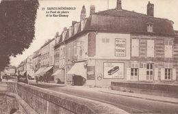 SAINTE-MENEHOULD (Marne): Le Pont De Pierre Et La Rue Chanzy - Publicités Murales - Sainte-Menehould