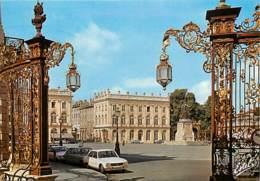 Automobiles - Voitures De Tourisme - Nancy - La Place Stanislas. Au Premier Plan, Grilles De Jean Lamour - CPM - Carte N - PKW