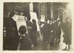 A381-photo D Origine-18x13cms- Guerre 1914-18-banque De France -emprunt 1916- Place De La Bourse - - Guerra, Militari