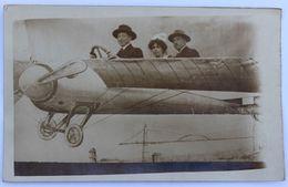 Carte Photo Exposition Nationale Nantes 1924 Tisocco Photo 3 Personnes Dans Avion Montage 3D Dont Bretonne Avec Coiffe - Aviation