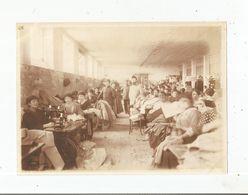 LYON (RHONE) PHOTO ANCIENNE AVEC MILITAIRES FRANCAIS ET TRAVAILLEUSES A L'ENTREPOT D'HABILLEMENT - Guerra, Militari
