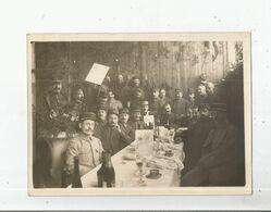 LYON (RHONE) PHOTO ANCIENNE  AVEC MILITAIRES FRANCAIS LORS D'UN REPAS A L'ENTREPOT D'HABILLEMENT - Guerra, Militari