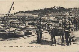 CPA 302 Oran Les Quais Un Marchand De Poissons LL Pêcheurs Barque âne Port De Pêche Pesée à La Romaine Algérie - Oran