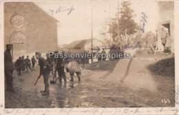 CARTE PHOTO ALLEMANDE VAUX Les MOURON 1916 PRISONNIERS RUSSES DE CORVEE DE NETTOYAGE DE LA RUE - Frankreich