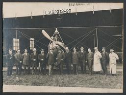 Fotografie Ansicht Berlin, Flugplatz Johannisthal, 1. Reihe Ingenieur Franz Schneider Vor Flugzeug LVG 1913-20 Am Hang - Lieux
