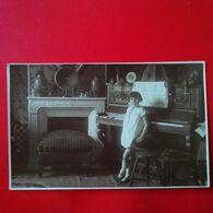 CARTE PHOTO LIEU A IDENTIFER ENFANT ET PIANO - Te Identificeren