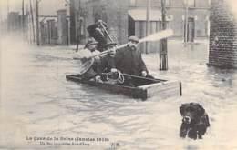 75 - PARIS 13° - INONDATIONS De PARIS ( Janvier 1910 ) Un Bac Improvisé RUE D'IVRY ( Bon Plan ) CPA - Seine - La Crecida Del Sena De 1910