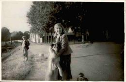 """FRANCE - Carte Postale Photo - Femme Avec Son Chien - Au Dos  Annotation """" Isle Adam Avec Pussy  1935 """" - L 67796 - Te Identificeren"""
