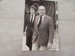 20242     PHOTO DE PRESSE 17X26CM  FRANCE JEAN PIERRE BLOCH DEPUTE ET SON GARDE DU CORPS - Photographs