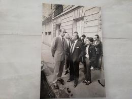 20243     PHOTO DE PRESSE 17X26CM   12-11-1984 ALAIN JUPPE MAIRE DU 18° ET JEAN PIERRE BLOCH DEPUTE RUE DES CLOYS PARIS - Photographs