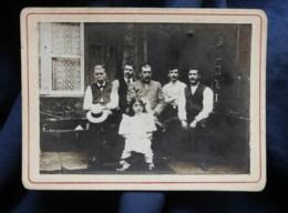 Photo CDV Anonyme  5 Hommes Assis Et Une Fillette Assis Devant Une Maison  CA 1900-10 - L514 - Personnes Anonymes