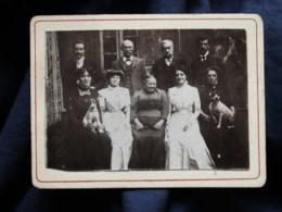 Photo CDV Anonyme 4 Hommes Et 5 Femmes Avec 2 Chiens Sur Les Genoux Devant Une Maison CA 1900-10 - L514 - Personnes Anonymes