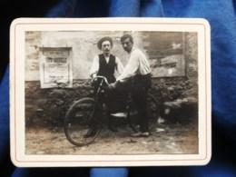 """Photo CDV Anonyme  2 Hommes Avec Une Bicyclette  Affiche Sur Le Mur"""" Fête Annuelle  Café Du Moulin""""  CA 1900-10 - L514 - Personnes Anonymes"""