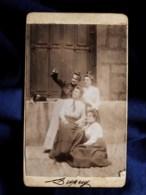 Photo CDV  Dupuy  4 Jeunes Femmes Dans Une Rue Regardant En L'air  Mandoline Sur Rebord D'une Fenêtre  CA 1900 - L514 - Personnes Anonymes